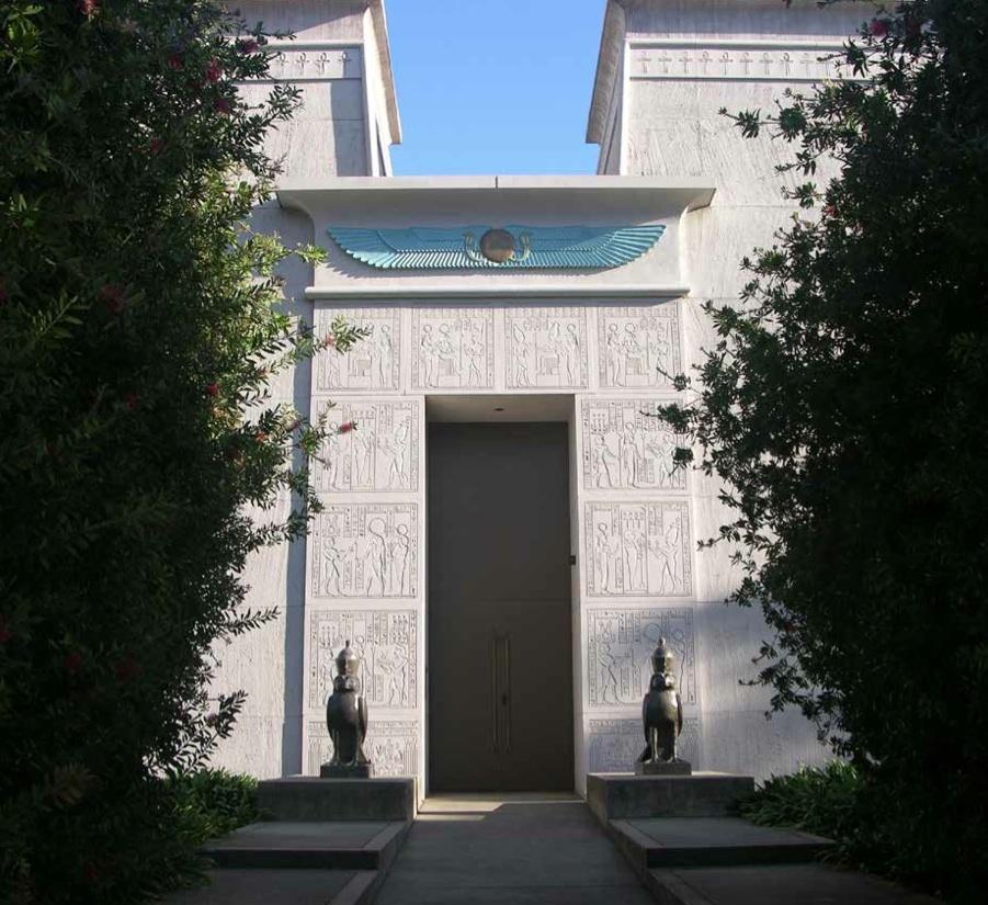 Porte d'entrée du bâtiment administratif flanquée de deux statues d'Horus.